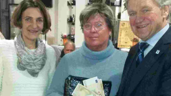 Frau Bützler überreicht die Kaugummikasse