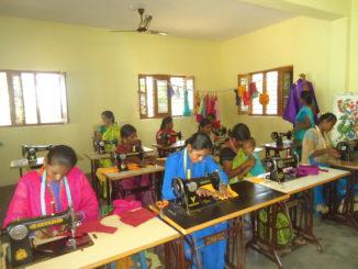 Junge Frauen bei der Ausbildung an der Nähmaschine; Cuddapah, Indien